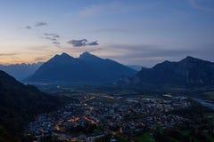 市的全景以瑞士阿尔卑斯为背景的坏Ragaz日落的 坏ragaz瑞士 库存图片
