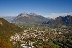 市的全景以瑞士阿尔卑斯为背景的坏Ragaz日落的 坏ragaz瑞士 免版税库存图片