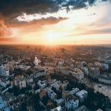 市的全景基辅 圣迈克尔` s金黄半球形的修道院和索菲娅大教堂鸟瞰图的 免版税库存照片