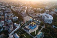 市的全景基辅 圣迈克尔` s金黄半球形的修道院和索菲娅大教堂鸟瞰图的 图库摄影