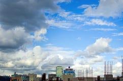 市的全景莫斯科 与云彩的美丽的蓝天 库存图片