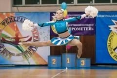 市的冠军啦啦队欢呼的Kamenskoye在独奏、二重奏和队中 免版税库存照片