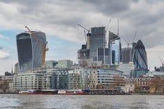 市的地平线伦敦有在现代建筑风格和大厦的泰晤士河修建的摩天大楼 免版税库存图片