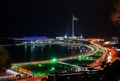 市的夜视图巴库 最大的旗子在世界上 免版税库存图片