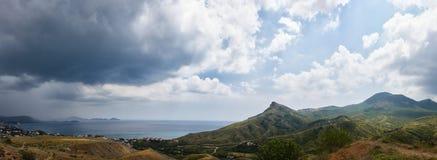 市的巨大的全景克里米亚和它的周围的Koktebel 在左部分海角变色蜥蜴 免版税库存照片