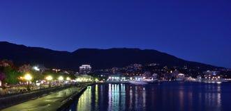 市的晚上堤防的看法雅尔塔 库存图片