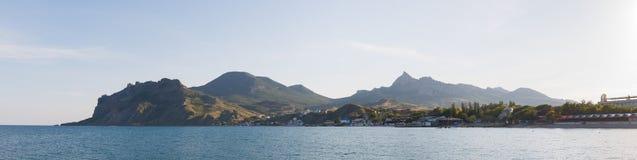 市的沿海水域的全景以卡拉达山为目的Koktebel在日落 克里米亚半岛自然 克里米亚半岛touris 库存照片
