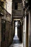 市的狭窄的街道热那亚意大利 在窗口格栅的老鹅卵石路 美丽的透视车道 一好plac 免版税库存照片