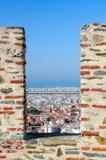 市的看法塞萨罗尼基通过一个开头在堡垒 免版税库存照片