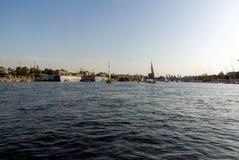 市的看法开罗在埃及,从尼罗河的中心和典型的小船 免版税图库摄影