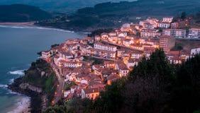 市的看法日落的Lastres,阿斯图里亚斯 西班牙 免版税库存照片