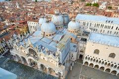 市的看法有圣的威尼斯指示大教堂和共和国总督宫殿 库存图片