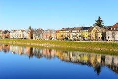 市的看法有河的萨尔茨堡;reflction和蓝色 免版税库存照片