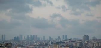 市的看法雾的土耳其伊斯坦布尔 免版税图库摄影