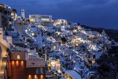 市的看法Fira在晚上,圣托里尼 库存图片