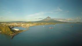 市的空中全景黎牙实比早晨在黎明 反对马荣火山的背景 海口与 股票录像