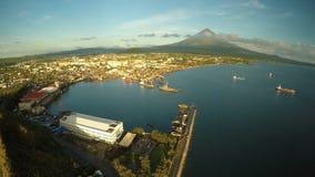 市的空中全景黎牙实比早晨在黎明 反对马荣火山的背景 海口与 影视素材