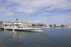 市的美丽的景色有小船的日内瓦在莱芒湖,瑞士 图库摄影