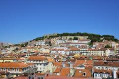 市的美丽的景色里斯本,有地平线和圣地豪尔赫城堡的; 免版税库存图片