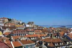 市的美丽的景色里斯本,有地平线的和里斯本大教堂和塔霍河背景的 库存照片