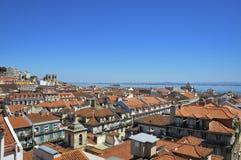 市的美丽的景色里斯本,有地平线的和里斯本大教堂和塔霍河背景的 免版税库存图片