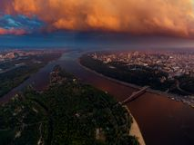 市的美好的全景从空气的基辅 第聂伯河和城市的两家银行日落的 免版税库存图片