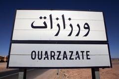 市的路牌Ouarzazate在中央摩洛哥 免版税库存图片