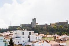 市的部份看法有历史的城堡的Palmela在上面 图库摄影