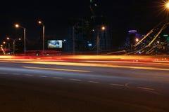市的风景米斯克在白俄罗斯弄脏了汽车前灯光  免版税库存照片