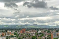 市的鸟瞰图都伯林,威克洛山在背景爱尔兰中 库存图片