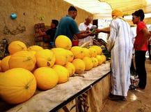 市的souk的一位瓜卖主Rissani在摩洛哥 图库摄影