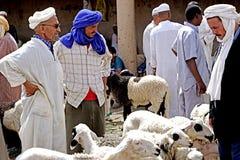 市的souk的一位绵羊卖主Rissani在摩洛哥 免版税图库摄影