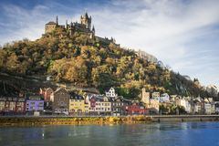 市科赫姆,有它隐约地出现的城堡的德国 库存图片