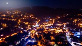 市空中射击萨莫博尔与夜点燃 免版税库存照片