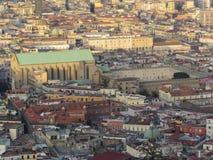 市那不勒斯从上面 拿坡里 意大利 后边维苏威火山 免版税库存图片
