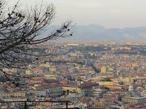 市那不勒斯从上面 拿坡里 意大利 后边Vesuvio火山 免版税库存照片