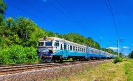 市郊火车在乌克兰的基辅地区 库存图片