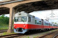 市郊火车在桥梁下 免版税库存照片