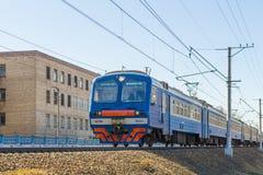市郊火车在莫斯科附近的俄罗斯 免版税库存照片