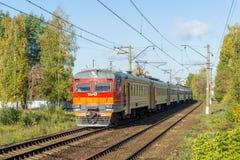 市郊火车在莫斯科附近的俄罗斯 免版税库存图片