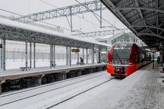 市郊火车在莫斯科附近的俄罗斯 库存图片