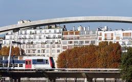 市郊火车在巴黎 免版税库存照片