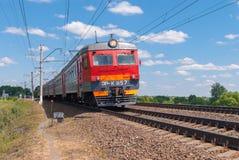 市郊火车移动由铁路在俄罗斯在一个晴天 库存照片