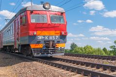 市郊火车移动由铁路在俄罗斯在一个晴天 免版税库存图片
