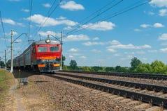 市郊火车移动由铁路在俄罗斯在一个晴天 库存图片