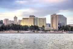 市索契 夜间 从海运的视图 免版税库存照片