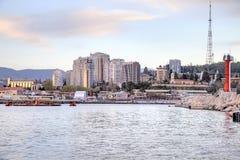 市索契 夜间 从海运的视图 免版税库存图片