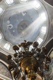市Birsk 太阳的光芒在教会的天空 免版税库存图片