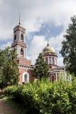 市Birsk 钟楼和圣洁特里尼的大厦 免版税库存图片