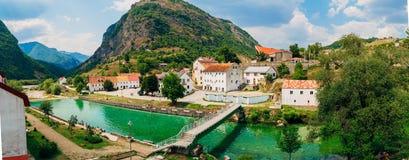 市Shavnik在黑山 在一条山河的一座桥梁用透明的水 免版税库存图片